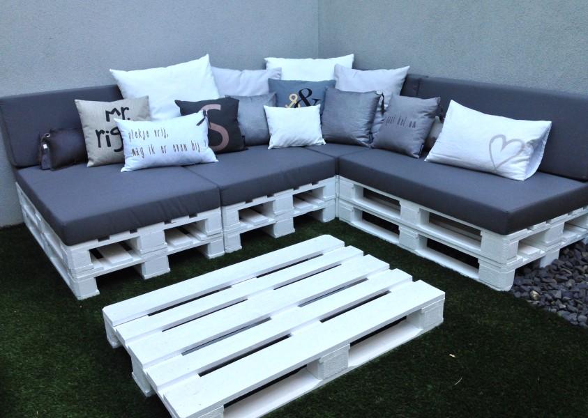 zelf een loungebank van pallets maken voor in de tuin
