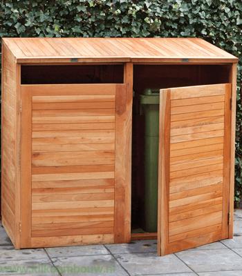 Wanneer je in je achtertuin aan het genieten bent van het mooie weer blijft je aandacht er steeds op vallen. De plastic container. Hoe kan het ook anders, met de opvallende kleuren zijn de gemeente containers het lelijkste object in jouw achtertuin. Gelukkig is er tegenwoordig een oplossing namelijk een container ombouw. Een container ombouw ook wel vaak containerberging genoemd is een tuinmeubel dat ervoor zorgt dat de lelijke plastic containers op een mooie manier worden weggewerkt uit de achtertuin. Toenemende populariteit De populariteit van een Containerberging een containerberging meer aandacht krijgen in de media en tuin televisieshows, maar ook omdat de plastic containers als een doorn in het oog zien als het aankomt op het perfectioneren van hun tuin. Ook in de zomer van 2017 is er weer een run gekomen op de containerbergingen. Dit resulteert zelfs in een wachtlijst en een langere levertijd. Ook wordt er door tuinmeubelexperts verwacht dat de populariteit van de container ombouw ook de komende jaren zal toenemen. Materiaalsoorten Een containerberging kan bestaan uit verschillende materiaalsoorten. De meest voorkomende materiaalsoorten zijn hout en kunststof. Ook zijn er containerbergingen te vinden die gemaakt zijn van metaal en bamboe. Deze zijn echter minder populair op de tuinmarkt. De meest verkochte container ombouw is de containerberging hardhout. Let wel op wanneer je een container Ombouw wilt aanschaffen dat je kiest voor duurzaam hout. Hiermee gaat je containerberging langer mee. Je kunt duurzaam hout herkennen wanneer hij gecertificeerd is door verschillende keurmerken zoals FSC-keurmerk of het Indonesian Legal Wood keurmerk. Bij de duurdere containerbergingen zit er vaak een deur aan de voorkant gemonteerd. Hiermee kun je de container er makkelijk uitrijden. Bij de vaak wat goedkopere versies wordt de achterkant opengelaten. Hierdoor kun je de container ook gemakkelijk uithalen om vervolgens aan de straatkant te zetten. Containerberging Online ko